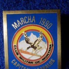 Coleccionismo deportivo: INSIGNIA DE IMPERDIBLE - CLUB MILITAR DE MONTAÑA - MARCHA 1990 - CAPITÁN GRAVALOS - 32,5 X 40 MM. Lote 148488434