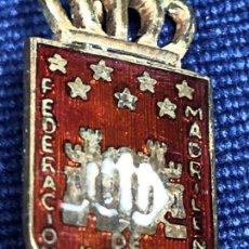 Coleccionismo deportivo: PIN AGUJA METAL DORADO ESMALTE FEDERACION MADRILEÑA DE KARATE Y D. A. 2CMS. Lote 152663502