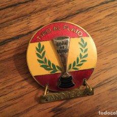 Coleccionismo deportivo: INSIGNIA TIRO AL PLATO COPA DE ESPAÑA. 1964 1965. Lote 45586322