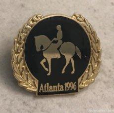 Coleccionismo deportivo: PIN EQUITACIÓN JUEGOS OLIMPICOS ATLANTA 1996 - HÍPICA. Lote 155217090