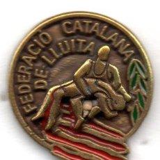 Coleccionismo deportivo: PIN-FEDERACION CATALANA DE LUCHA. Lote 155700766