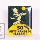 Coleccionismo deportivo: PIN DE DEPORTES - 50 ANYS HANDBOL SABADELL / 50 AÑOS BALONMANO SABADELL - MEDIDAS 16 X 20 MM. Lote 156102418