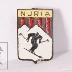 Coleccionismo deportivo: INSIGNIA DEPORTIVA DE AGUJA - ESTACIÓN DE ESQUÍ VALL DE NÚRIA - MEDIDAS 11 X 16 MM. Lote 156104910