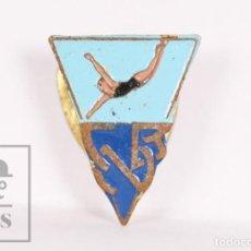 Coleccionismo deportivo: INSIGNIA DEPORTIVA DE SOLAPA / OJAL - CLUB NATACIÓ / NATACIÓN BADALONA - MEDIDAS 12 X 16 MM. Lote 156107346