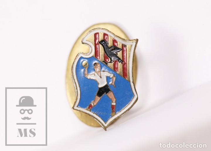 INSIGNIA DEPORTIVA DE SOLAPA / OJAL - CLUB DEPORTIVO GRANOLLERS - BALONMANO - MEDIDAS 10 X 15 MM (Coleccionismo Deportivo - Pins otros Deportes)