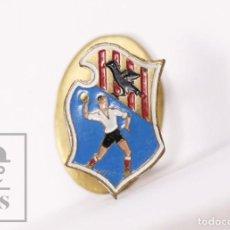 Coleccionismo deportivo: INSIGNIA DEPORTIVA DE SOLAPA / OJAL - CLUB DEPORTIVO GRANOLLERS - BALONMANO - MEDIDAS 10 X 15 MM. Lote 156138082