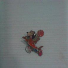 Coleccionismo deportivo: PIN PERRO JUGADOR BALONCESTO.. Lote 156712546