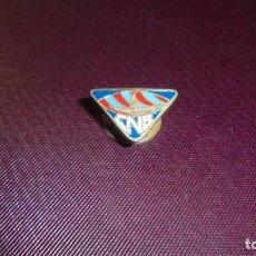 Coleccionismo deportivo: ANTIGUA INSIGNIA SOLAPERA CNB CLUB NATACION BANYOLES 2X1,2 CM. . Lote 157381398