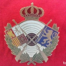 Coleccionismo deportivo: PLACA CHAPA INSIGNIA GRANDE TORNILLOS ESCUDO ANTIGUO DE FEDERACION TIRO NACIONAL TIRO OLIMPICO. Lote 160670330