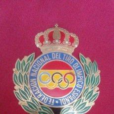 Coleccionismo deportivo: PLACA CHAPA INSIGNIA TORNILLOS ESCUDO ANTIGUO DE FEDERACION NACIONAL DEL TIRO OLIMPICO ESPAÑOL. Lote 163439270