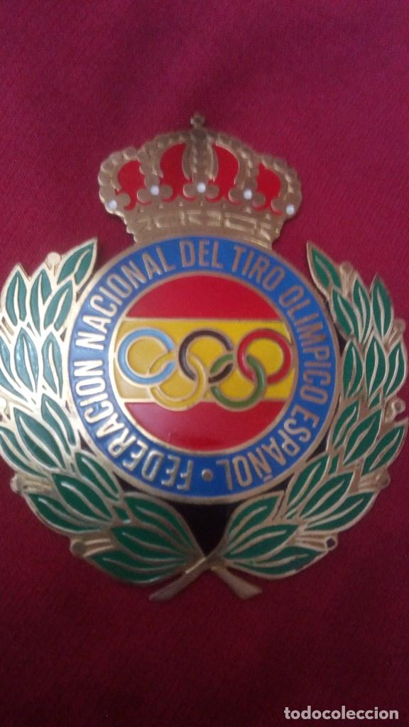 Coleccionismo deportivo: PLACA CHAPA INSIGNIA TORNILLOS ESCUDO ANTIGUO DE FEDERACION NACIONAL DEL TIRO OLIMPICO ESPAÑOL - Foto 2 - 163439270