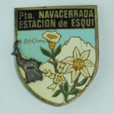 Coleccionismo deportivo: INSIGNIA PLACA DE GRAN TAMAÑO, PTO NAVACERRADA ESTACION DE ESQUI, MIDE 5,2 X 4,2 CMS.. Lote 163713330
