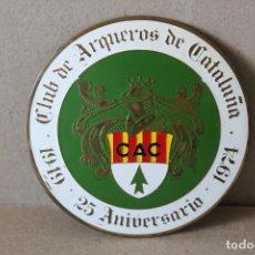 Coleccionismo deportivo: INSIGNIA CLUB DE ARQUEROS DE CATALUÑA - 25º ANIVERASRIO 1949/1974 - CAC. Lote 169342132