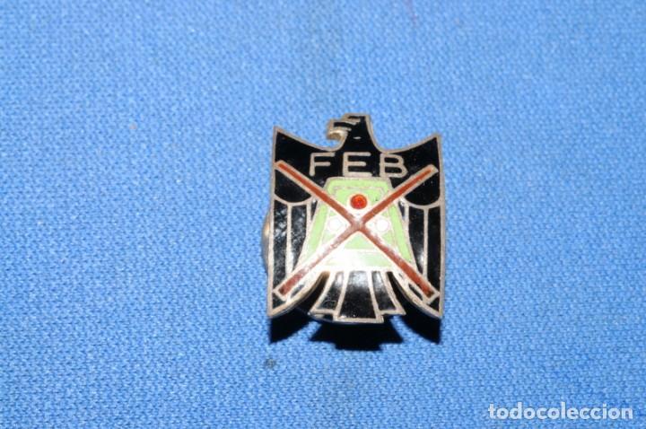 Coleccionismo deportivo: FEB. Federacion Españolda de Billar. Antigua insignia de solapa - Foto 2 - 170694205