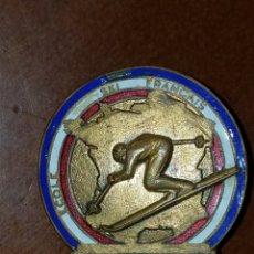 Coleccionismo deportivo: PIN TIP INSIGNIA ANTIGUA DEPORTES DE INVIERNO ESQUI SKI ESCUELA ESQUI FRANCIA ALPE DHUEZ. Lote 172068194