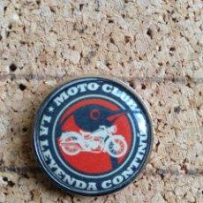 Coleccionismo deportivo: PINS CLUB MOTERO LA LEYENDA CONTINUA . Lote 175245348