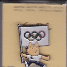 Coleccionismo deportivo: PIN DE COBI CON LA BANDERA OLIMPICA - LAS OLIMPIADAS DE BARCELONA 92 EN SU ESTUCHE ORIGINAL (NUEVO) . Lote 175611882