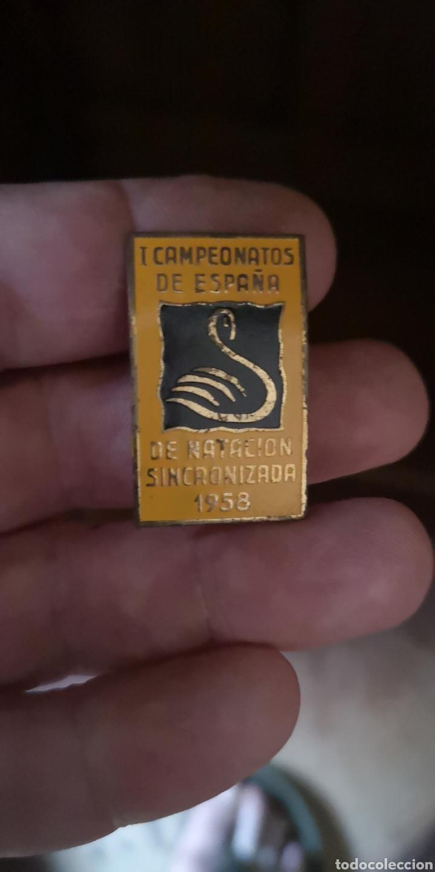 INSIGNIA DE LOS PRIMEROS CAMPEONATOS DE NATACIÓN SINCRONIZADA DE ESPAÑA 1958 (Coleccionismo Deportivo - Pins otros Deportes)