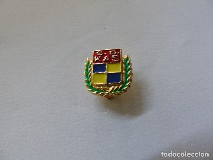 PIN DE LA S.D. KAS - TIPO SOLAPA (Coleccionismo Deportivo - Pins otros Deportes)