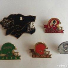 Coleccionismo deportivo: LOTE DE 5 PINS EQUIPOS DE FUTBOL AMERICANO NFL AÑOS 80 - 90. Lote 183961111