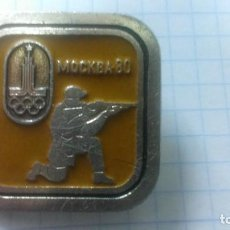 Coleccionismo deportivo: INSIGNIA DEPORTE OLIMPIADA 80 MOSCU. URSS. TIRO.. Lote 186274287