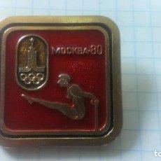 Coleccionismo deportivo: INSIGNIA DEPORTE OLIMPIADA 80 MOSCU. URSS. GIMNASIA.. Lote 186274375