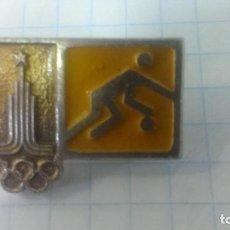 Coleccionismo deportivo: INSIGNIA DEPORTE OLIMPIADA 80 MOSCU. URSS. VOLEIBOL.. Lote 186274658
