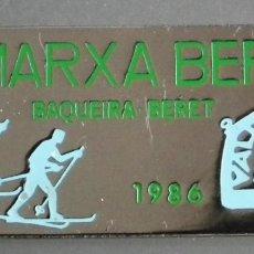 Coleccionismo deportivo: PIN INSIGNIA DE AGUJA: ALTA MONTAÑA - ESQUÍ NÓRDICO - IX MARXA BERET - BAQUEIRA BERET, DEL AÑO 1986. Lote 186362117
