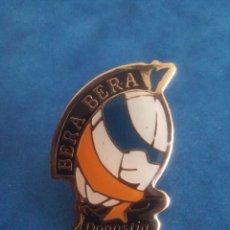 Coleccionismo deportivo: PIN BERA BERA - CLUB DE DEPORTES - RUGBY - BALONMANO - DONOSTIA - GUIPUZCOA. Lote 186386026