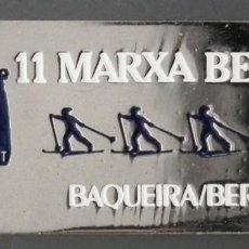 Coleccionismo deportivo: PIN INSIGNIA DE AGUJA: ALTA MONTAÑA - ESQUÍ NÓRDICO - 11 MARXA BERET - BAQUEIRA BERET, AÑO 1988. Lote 187454558