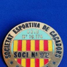Coleccionismo deportivo: PIN - CHAPA INSIGNIA -SOCIEDAD DEPORTIVA DE CAZADORES S.ESTEVE - FEDERACION CATALANA. Lote 189130480