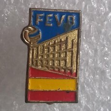 Coleccionismo deportivo: 1956. INSIGNIA DE LA FEDERACIÓN ESPAÑOLA DE VOLEIBOL. SOLAPA.. Lote 192691886