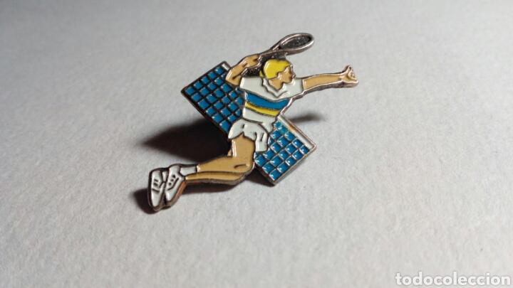 CURIOSO PIN DE TENIS (Coleccionismo Deportivo - Pins otros Deportes)