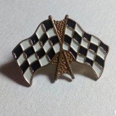 Coleccionismo deportivo: CURIOSO PIN BANDERA DE CARRERAS. MOTOS, F1. Lote 193831681