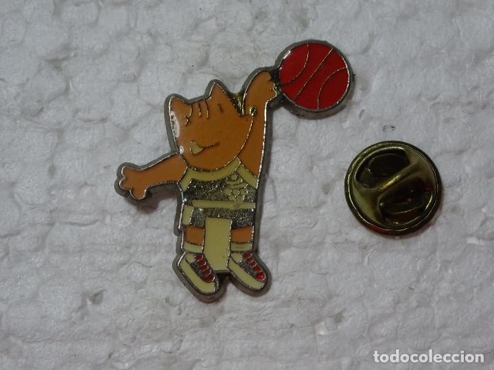 PIN DE DEPORTES. JUEGOS OLÍMPICOS OLIMPIADAS BARCELONA 92 1992. MASCOTA COBI BALONCESTO (Coleccionismo Deportivo - Pins otros Deportes)