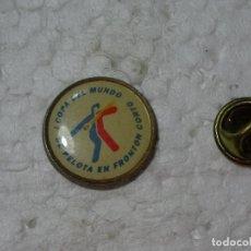 Coleccionismo deportivo: PIN DE DEPORTES. I COPA DEL MUNDO DE PELOTA EN FRONTÓN CORTO. PELOTARIS. Lote 193864441