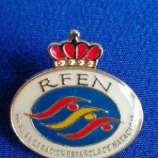 Coleccionismo deportivo: PIN REAL FEDERACION ESPAÑOLA DE NATACION. Lote 195309432