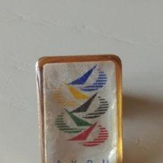 Coleccionismo deportivo: PIN DE LA UNION INTERNACIONAL DE REGATAS DE YATES. Lote 196635897