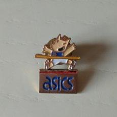 Coleccionismo deportivo: PIN COBI ASICS BARCELONA 92. Lote 196638108