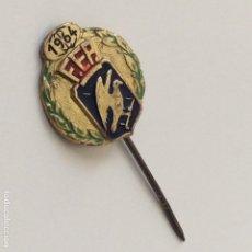 Coleccionismo deportivo: PIN DE AGUJA DE LA FEDERACION ESPAÑOLA DE PATINAJE (F.E.P.) DEL AÑO 1964.. Lote 199770055