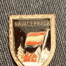 Coleccionismo deportivo: PIN NAVACERRADA BANDERA ESPAÑA NIEVE ESMALTE NEGRO NIEVE. Lote 204007086