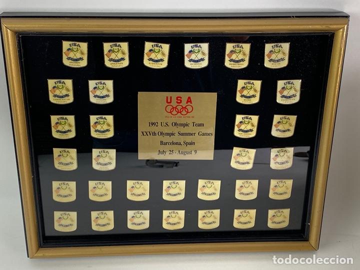 XXV OLIMPIADA BARCELONA AÑO 1992. COLECCION DE 32 PINS ENMARCADOS DEPORTES PARTICIPACIÓN USA. (Coleccionismo Deportivo - Pins otros Deportes)