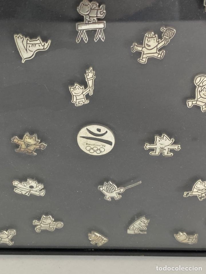 Coleccionismo deportivo: OLIMPIADA BARCELONA 92. COLECCION DE 35 PINS COBI, EN METAL PLATEADO .ENMARCADO CON CRISTAL. - Foto 4 - 210572361