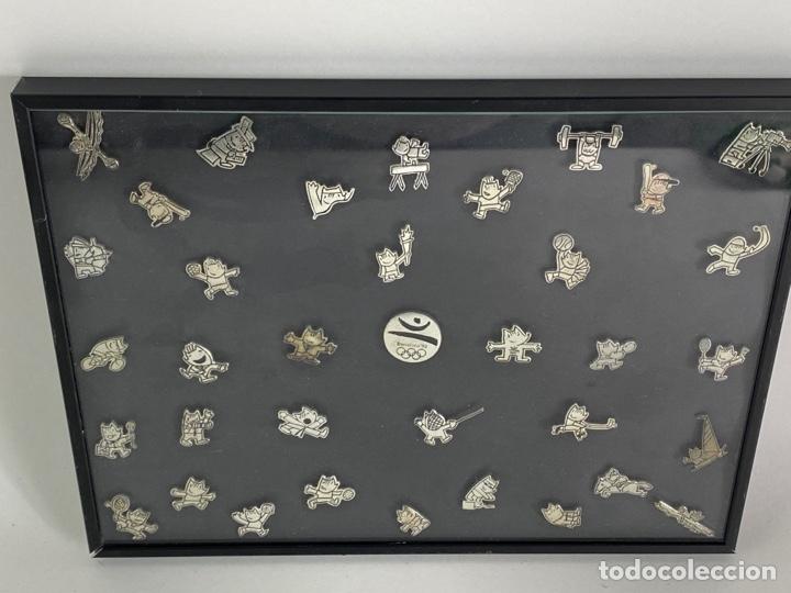 OLIMPIADA BARCELONA 92. COLECCION DE 35 PINS COBI, EN METAL PLATEADO .ENMARCADO CON CRISTAL. (Coleccionismo Deportivo - Pins otros Deportes)