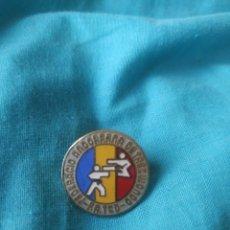 Coleccionismo deportivo: PIN BADGE FEDERACIÓN ANDORRANA TAEK-WONDO ESMALTADO ANDORRA. Lote 210819197