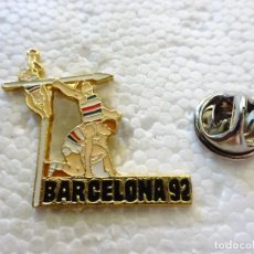 Coleccionismo deportivo: PIN DE DEPORTES. JUEGOS OLÍMPICOS OLIMPIADAS BARCELONA 92 1992. ATLETISMO JABALINA PÉRTIGA. Lote 212645828