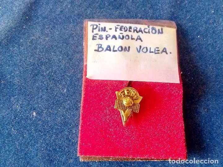 T-158.- PIN -- DE LA FEDERACION ESPAÑOLA DE BALON VOLEA .- DE OJAL (Coleccionismo Deportivo - Pins otros Deportes)