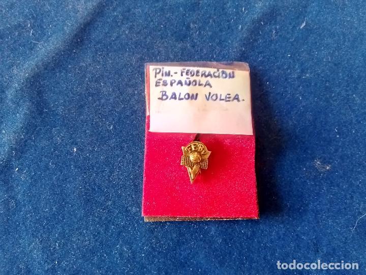 Coleccionismo deportivo: T-158.- PIN -- DE LA FEDERACION ESPAÑOLA DE BALON VOLEA .- DE OJAL - Foto 2 - 213233207