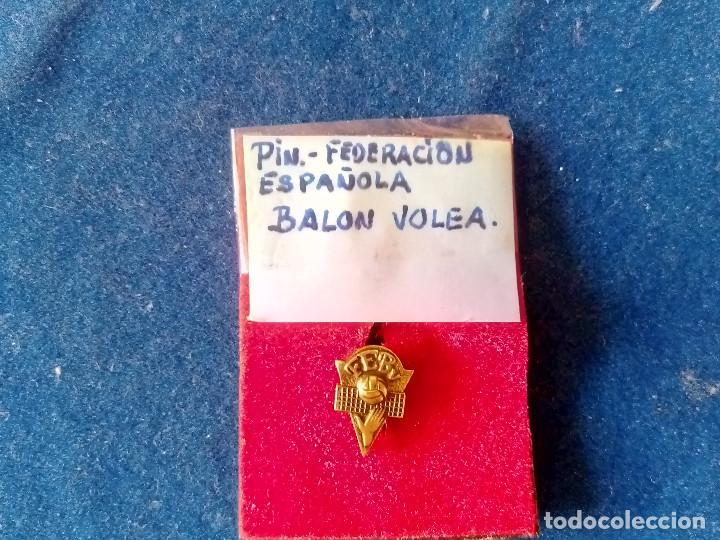 Coleccionismo deportivo: T-158.- PIN -- DE LA FEDERACION ESPAÑOLA DE BALON VOLEA .- DE OJAL - Foto 4 - 213233207