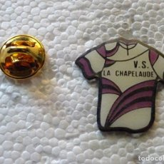 Coleccionismo deportivo: PIN DE DEPORTES. CICLISMO CICLISTA. MAILLOT V.S. LA CHAPELAUDE. FRANCIA. Lote 213340820